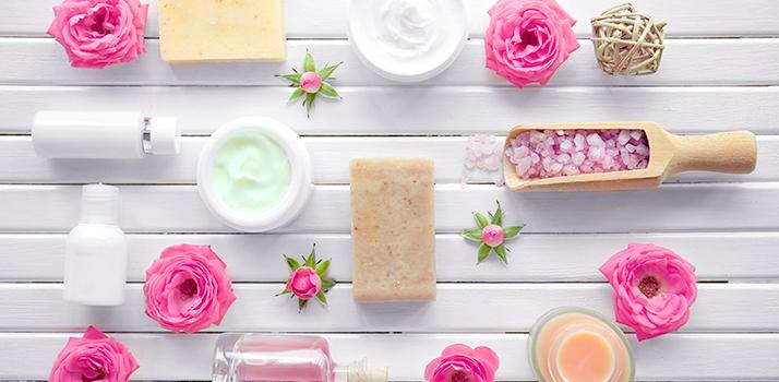 prírodná kozmetika s obsahom ružovej vody